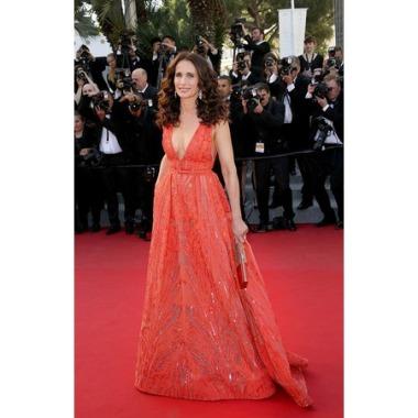 Cannes 2015 Andie MacDowell en Elie Saab et pochette Roger Vivier